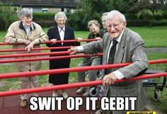 Friese uitdrukking, letterlijk: zweet op het gebit. Oudere die intensief bezig is.