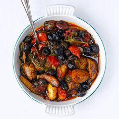 Wij serveren je... Het ideale eenpansgerecht! Deze combi van aardappeltjes met spinazie, olijven, kerstomaten en chorizo is snel, makkelijk en lekker!    1. Bak 220 g gekookte, in blokjes gesneden aardappels, 150 g jonge spinazie, 80 g zwarte...