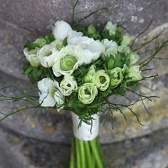 Ramo de novia verde y blanco con anémonas :: White and green bridal bouquet by Nicky Llewellyn Flowers