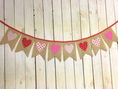 Día de San Valentín rosa arpillera Pennant por MsRogersNeighborhood