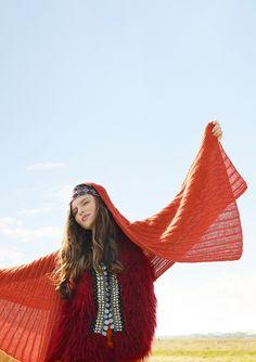 Das Schultertuch bedeckt die Arme, wärmt und lässt Sie einfach gut aussehen. Dieses Rebecca-Strickmodell eignet sich auch für StrickanfängerInnen! Gestrickt wird das rot-orangefarbene Tuch mit dem ggh-Garn SURI ALPAKA (100% Suri Alpaka, Lauflänge ca. 133m/25g). Rebecca-Garnpaket zu Modell 31 aus Rebecca Nr. 67 – by Rebecca Magazine
