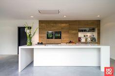 JP Walker Houten Keukens - Corian Meets Oak Sleen - Hoog ■ Exclusieve woon- en tuin inspiratie. Kitchen Nook, Home Decor Kitchen, Kitchen Interior, New Kitchen, Small Appartment, Kitchen Flooring, Cool Kitchens, Kitchen Remodel, Corian Countertops