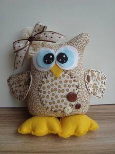 Corujinha em tecido 100% algodão com enchimento em fibra siliconizada, acabamento em fitas botoes e feltro  Ideal para decorar o quarto do bebê. Os tons são a combinar e os tecidos a escolher. A largura foi medida na barriga. R$ 28,00 Owl Fabric, Fabric Dolls, Softies, Sewing Crafts, Sewing Projects, Christmas Teddy Bear, Crochet Owls, Owl Pillow, Felt Owls