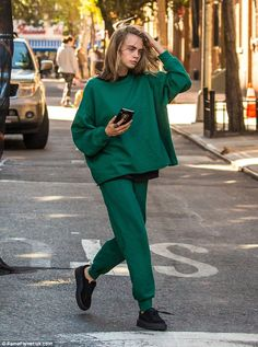 Make-up free Cara Delevingne rocks unkempt bedhead tresses - In training: Beneath the jumper she wore a black T-shirt to help shield herself from the autumnal breeze in the Big Apple while also coordinating with her black trainers Fashion Moda, Look Fashion, Fashion Outfits, Cara Delevingne Style, Poppy Delevingne, Cara Delevingne 2018, Looks Street Style, Mode Style, Celebrity Style