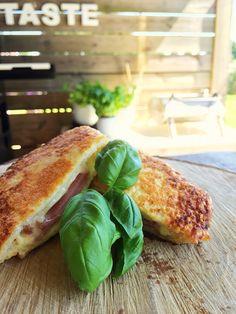 Sandwich met een korst van Parmezaanse kaas.