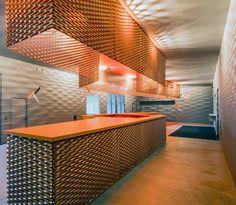 En Alsace, l'agence Manuelle Gautrand Architecture livre le Forum, vaste équipement public alliant modularité et flexibilité au sein de 13 volumes savamment assemblés sous une étonnante peau de métal déployé. ...