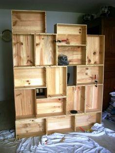 <p>Etagère en caisses de vin collées à la colle à bois</p>