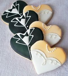 Biscuits de mariage / Wedding Cookies Super cute & u can go by this picture for guild lines Heart Cookies, Iced Cookies, Cute Cookies, Royal Icing Cookies, Cookies Et Biscuits, Cupcake Cookies, Sugar Cookies, Baby Cookies, Flower Cookies