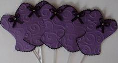 Topper para doces, cupcakes ou salgados feitos com técnicas de scrap. Convite corpete para Chá de Lingerie personalizado em scrap. Todos a Linha de convites personalizados em scrap e decoração para Chá de lingerie em www.elo7.com.br/amornopapel/cha-de-lingerie/al/47B93 visite a vitrine da scraperia Amor no Papel em http://vitrine.elo7.com.br/amornopapel