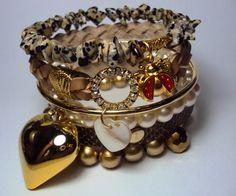Conjunto com 6 pulseiras em couro fake de cobra,cascalho de pedras, pérolas e couro tressé. Detalhes em strass e cristal.