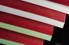 Descrizione: blocco a strappo in carta vergata Conqueror® e pelle naturale da 1,1 mm di spessore. Manifattura: artigianale. Dimensioni: cm 29x19 Spessore: mm 24 Peso: gr 748 Nr. Fogli: 120 Carta: vergata Conqueror da gr 100/mq di color bianco, grigio, avorio, pesca Pelle: vera pelle bovina di origine europea, motivo pieno fiore all'anilina, concia al cromo, tintura passante, rifinitura con cere naturali. Tatto ceroso ed effetto lucido.  Colori rivestimento: bordeaux.