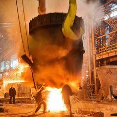 Горшочек, вари! Заливка слитка в электросталеплавильном цехе. Фото: Дмитрий Алимкин