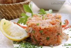Francouzský tatarák z lososa Home Recipes, Salmon Burgers, Risotto, Mashed Potatoes, Sushi, Steak, Toast, Cooking, Ethnic Recipes