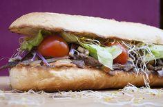 Llega la revolución de los bocadillos gourmet. Cheesesteak, Pulled Pork, Madrid, Ethnic Recipes, Food, Stock Market, Houses, Lovers, Essen