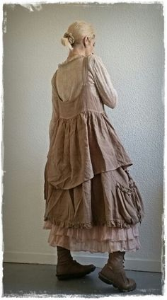 Robe lin taupe, Top et jupon rose Les Ours - bottines Trippen