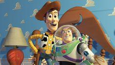 """01. """"Toy Story"""" (1995): 'You've Got A Friend In Me' - mit """"Toy Story"""", dieser so herzerwärmenden wie unterhaltsamen Lektion über das, was uns im Leben lieb und teuer sein sollte (Freundschaft, Liebe, einfach mal die Sau rauslassen), traf Pixar schon mit dem ersten abendfüllenden Trickfilm aus dem Computer voll ins Schwarze. Ein unsterblicher Klassiker mit großem Soundtrack (Randy Newman!) und unvergleichlichem Espirit. Mögen die Animationen auch etwas in die Jahre gekommen sein, die…"""