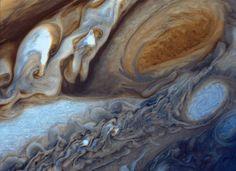 """Kommen wir zum Wetterbericht: Wir erwarten Windgeschwindigkeiten von rund 645 Kilometern pro Stunde, ein roter Sturm reißt alles mit sich - auf dem Jupiter, einem Gasriesen in unserem Sonnensystem. Dreieinhalb mal so groß wie die Erde ist der Sturm, wie die Nasa schreibt. Die Aussichten sind trübe: Bereits im Jahr 1664 entdeckte der Engländer Robert Hooke den """"Großen Roten Fleck"""". Seitdem hat sich der Sturm kaum verändert - abgesehen von leichten Farbschwankungen."""
