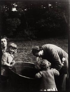 1912 Vanessa & Clive Bell with their sons, Julian & Quentin, in the garden of Asheham, home of Leonard and Virginia Woolf. Vanessa Bell, Virginia Woolf, Duncan Grant, Great Photos, Old Photos, Clive Bell, Leonard Woolf, Bloomsbury Group, English Writers