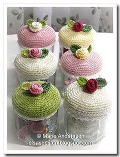 Very cute crochet jar covers! Crochet Kitchen, Crochet Home, Love Crochet, Crochet Gifts, Beautiful Crochet, Diy Crochet, Crochet Flowers, Crochet Jar Covers, Crochet Amigurumi