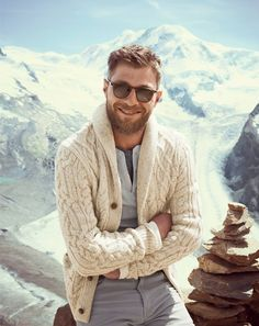 Choose a beige shawl cardigan and grey chinos if you're going for a neat, stylish look. Fashion Night, Winter Fashion, Mode Masculine, Henley Shirts, Looks Style, Men's Style, Gentleman Style, Men Looks, Stylish Men