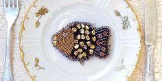 Brož Kapřík Beaded Brooch, Diy Tutorial, Flora, Fish, Beads, Tableware, Ethnic Recipes, Handmade, Beadwork