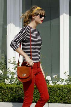 La cantante Taylor Swift, las rayas le asientan muy bien a su figura. Además, cabe resaltar cómo combina el cotelé con su mini cartera. Luce Flamante ¿Qué opinan uds?