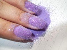 Como decorar as unhas com açúcar. Para todas as que gostam de exibir unhas pouco convencionais e que são seguidoras do fenômeno nail art ou arte de unhas, com certeza, gostarão de conhecer técnicas novas ou diferentes para pintar as u...