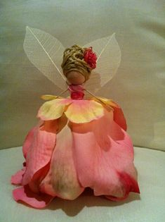 So cute - Flower fairy made from silk rose petals and clothes pin. Fairy Crafts, Doll Crafts, Flower Crafts, Crafts To Do, Fairy Furniture, Resin Furniture, Silk Rose Petals, Fairy Clothes, Clothespin Dolls