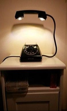 The good old rotary phone experiences as a light design o .- The good old rotary phone has a second life as a light design object - Cool Lighting, Lighting Design, Lighting Ideas, Home Crafts, Diy Home Decor, Diy Furniture, Furniture Design, Furniture Outlet, Deco Originale