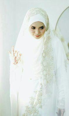 So pretty in white wedding hijab. Bridal Hijab, Hijab Bride, Wedding Hijab, Dress Muslimah, Muslimah Wedding, Hijab Style Dress, Bridesmaids, Bridesmaid Dresses, Head Scarfs