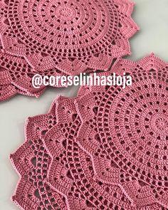 No photo description available. Crochet Mat, Crochet Mandala, Thread Crochet, Filet Crochet, Crochet Stitches, Crochet Placemats, Crochet Doilies, Crochet Flowers, Crochet Decoration