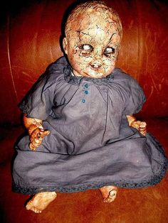 Halloween decor - Salvage artist L.Cerrtio has re-purposed a vintage baby doll to serve as some serious Halloween decor. The original porcelain face of the doll has . Halloween Pranks, Halloween Doll, Creepy Halloween, Halloween Party, Halloween Ideas, Porcelain Dolls For Sale, Creepy Vintage, Scary Dolls, Vintage Dolls