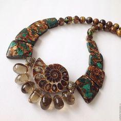 Collier, collier fait à la main. Master Fair - à la main. Acheter Collier de la série « Amazon » de malachite en bronze avec ammonites naturelles. Fait à la main.