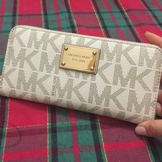 Authentic Micheal kors wallet Perfect condition! Gently used comes with wristlet Michael Kors Bags Wallets