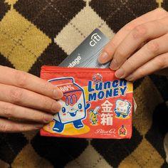 Voici le plus kawaii des porte-monnaie Lunch Money !  Adorable,mignon et léger, ce petit porte-monnaie vous permettra de ranger tous ces petits objets qui traînent dans les sacs ! 5,50 € http://www.lafolleadresse.com/bagagerie/1169-porte-monnaie-lunch-money.html