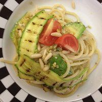 Spaghetti zucchine, pistacchi e pinoli. Ricetta light.