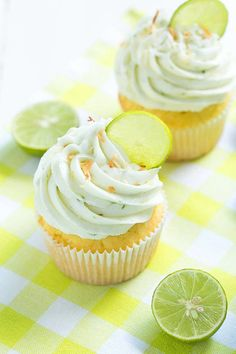 Lime Coconut Cupcakes Key Lime Coconut Cupcakes are made with coconut cupcakes, coconut filling and fresh key lime frosting!Key Lime Coconut Cupcakes are made with coconut cupcakes, coconut filling and fresh key lime frosting! Kokos Cupcakes, Coconut Cupcakes, Yummy Cupcakes, Cupcake Cookies, Key Lime Cupcakes, Oreo Cupcakes, Tropical Cupcakes, Rainbow Cupcakes, Gourmet Cupcakes