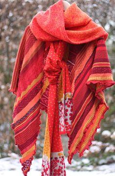Winterliche Wollschals. Wenn die Rottöne alle warm oder alle kühl sind, ergibt sich tollster Mustermix.