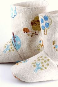 """Lil' Hedgehog baby boots - I wonder if I can alter the pattern to make """"me sized"""" boots to kick around the house in. Fashion Design For Kids, Kids Fashion, Baby Hedgehog, Felt Shoes, Denim Boots, Little Fashion, Baby Boots, Crafty Projects, Baby Sewing"""
