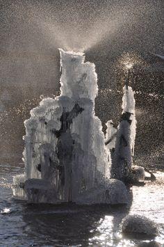 Basel (Schweiz), Tinguely-Brunnen, Fasnachts-BrunnenDer Fasnachtsbrunnen von Jean Tinguely steht seit 1977 an der Stelle, wo sich früher die Bühne des alten Stadttheaters befunden hatte. Der Brunnen wird mit Schwachstrom betrieben und war ein Geschenk der Migros anlässlich ihres 50jährigen Bestehens.