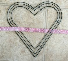 How to make a ribbon wreath for Valentine's Day Valentines Day Decor Outdoor, Diy Valentines Day Wreath, Valentines Day Decorations, Valentine Crafts, Valentines Flowers, Mesh Ribbon Wreaths, Deco Wreaths, Wreath Tutorial, Valentine's Day Diy