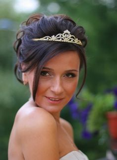 ❤️❤️❤️ This Tiara & Updo!!!  I Would Add A Long Veil That Covers Both Front & Back Tho For A More Sophisticated Look!!
