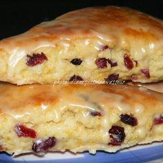 Orange Cranberry Scones Citrus-y and not too sweet, they're perfect for breakfast or afternoon teas. Just pat out the dough in a circle, cut with a pizza cutter, . Brunch Recipes, Breakfast Recipes, Dessert Recipes, Cranberry Orange Scones, Orange Muffins, Little Lunch, Gula, Snacks, Sweet Bread