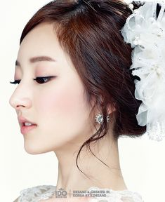 The bride is like a flower on her wedding day. This make up styling focus on popped eyes with shimmering golden eyeshadow, glossy nude lips and rosy blush on the bride's cheeks. The rose gol…