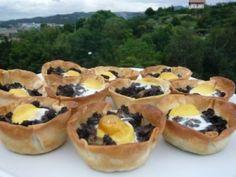 Tartaleta de huevos de codorniz y morcilla con piñones