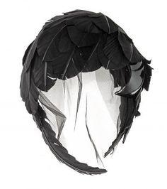 Pin for Later: Diese Kopfbedeckung ist alles was ihr braucht um stylisch durch diesen Winter zu kommen  Thom Browne Tüllturban mit Federkappe (3.500 €)
