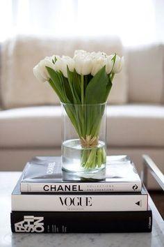 白を基調としたモダンなインテリアには、黒白の本を組み合わせた台がベストマッチ。 お花もシンプルでマットな印象の白いチューリップがおすすめです。 ファッション関係の本でまとめたスタイリッシュなコーディネートです。