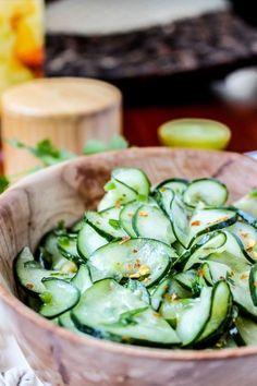 İnce doğranmış limonlu salatalık salatası