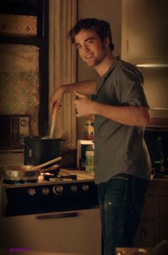 Robert Pattinson - Remember Me.Wouldn't you like to see this in your kitchen? I'd eat anything Rob prepared for me. Edward Cullen Robert Pattinson, Robert Pattinson Movies, Robert Pattinson Twilight, Robert Douglas, I Robert, Twilight Edward, Twilight Saga, Twilight Movie, Pretty Men