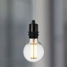 Pour une décoration lumineuse moderne et stylisée, optez pour la suspension douille noire en aluminium par Nud collection. Une suspension originale au look industriel.